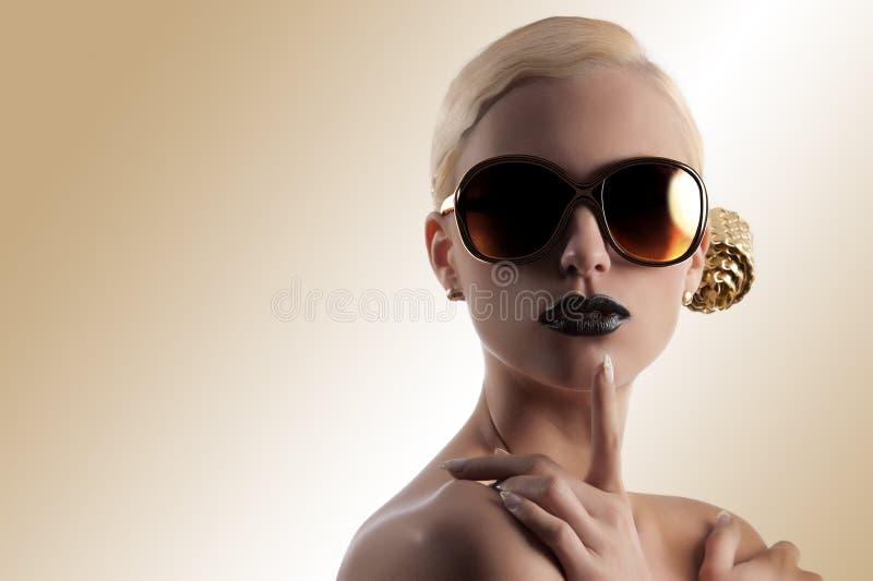 Forme el tiro de la muchacha rubia con las gafas de sol de oro fotografía de archivo