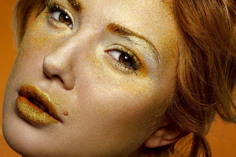 Forme a encanto de la belleza el modelo rubio con la cara del oro fotografía de archivo libre de regalías