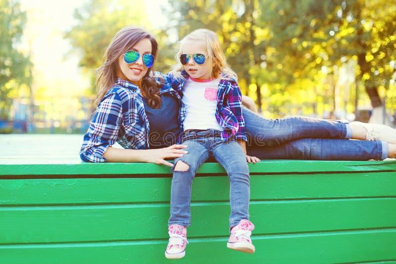 Download Forme A Filha Da Mãe E Da Criança Que Tem O Divertimento Junto Foto de Stock - Imagem de fresco, ocasional: 65576026