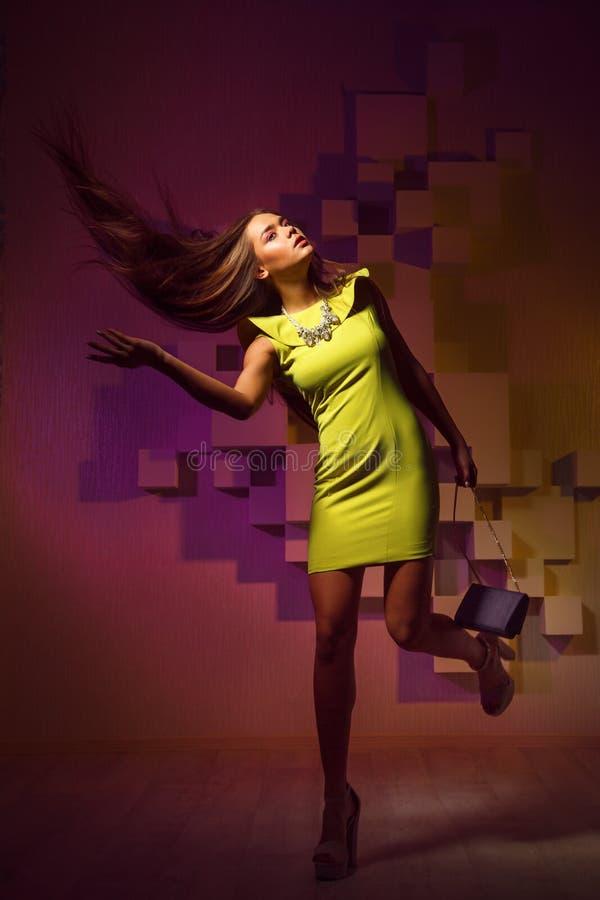 Forme a foto brilhante de uma mulher no vestido amarelo imagem de stock royalty free