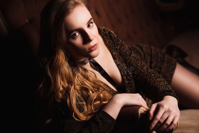Forme a foto da jovem mulher no vestido de noite elegante imagens de stock