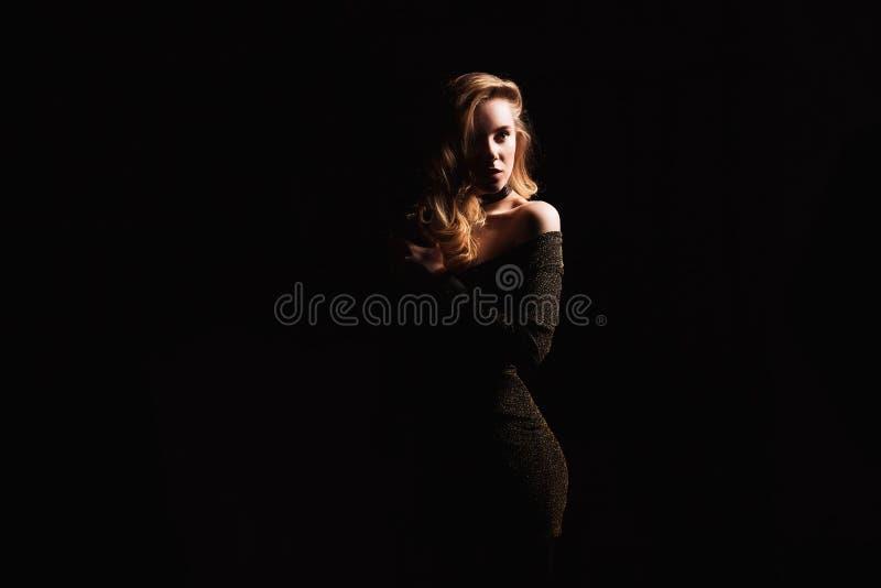 Forme a foto da jovem mulher no vestido de noite elegante imagens de stock royalty free