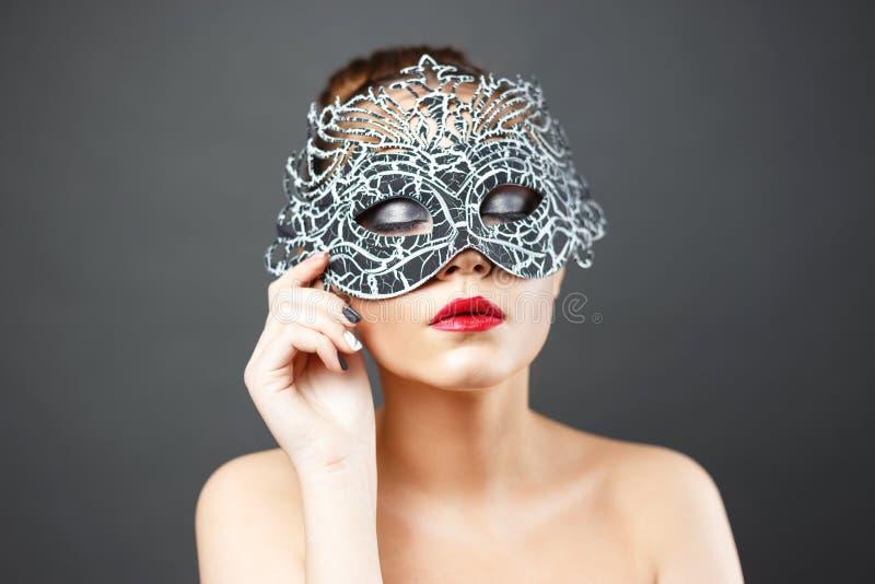 Forme a foto da menina 'sexy' bonita na máscara foto de stock