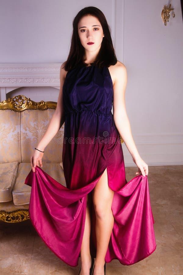 Forme a foto da mulher moreno 'sexy' no vestido de noite imagens de stock royalty free