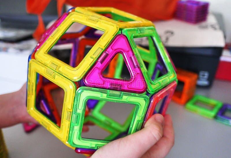 Forme geometriche luminose su una base magnetica Di queste figure, il progettista può montare i vari modelli Perfezioni per il d fotografie stock libere da diritti