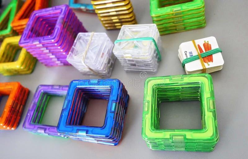 Forme geometriche luminose su una base magnetica Di queste figure, il progettista può montare i vari modelli Perfezioni per il d fotografia stock