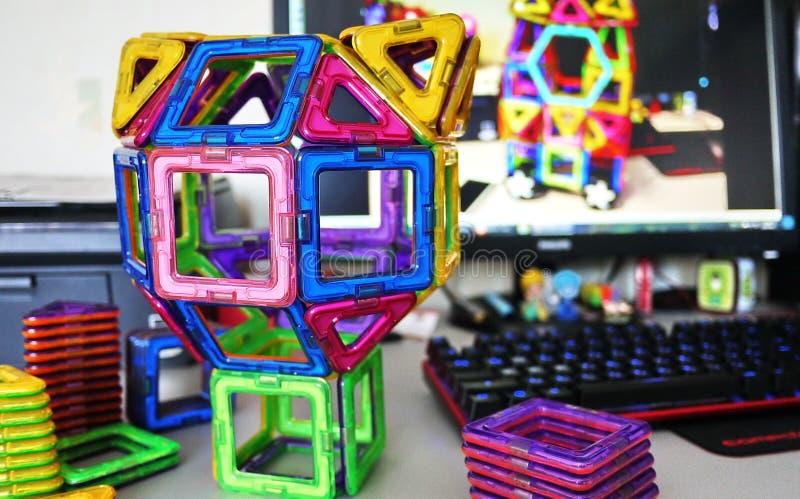 Forme geometriche luminose su una base magnetica Di queste figure, il progettista può montare il vario Perfezioni per il develo fotografia stock libera da diritti