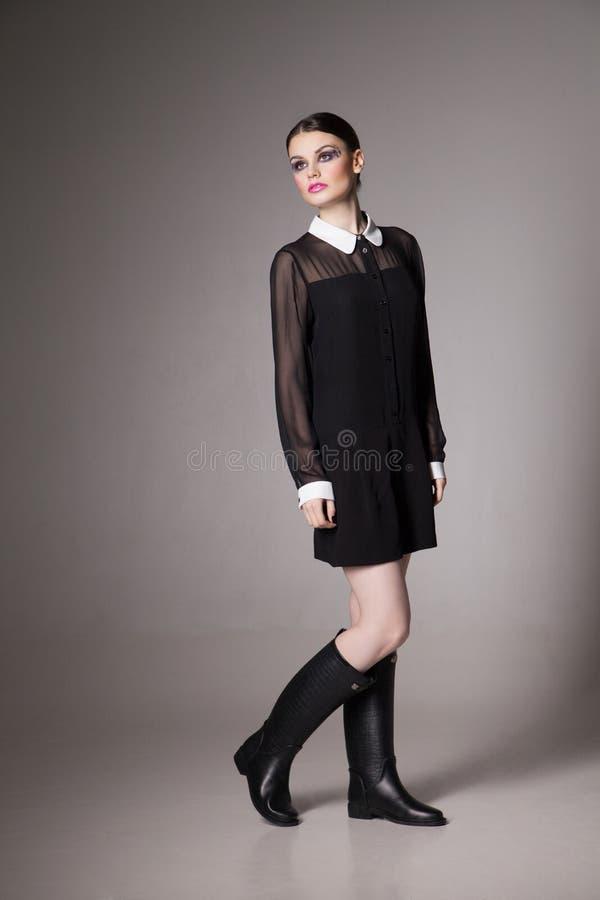 Forme a imagen la mujer joven en un vestido negro elegante imagen de archivo