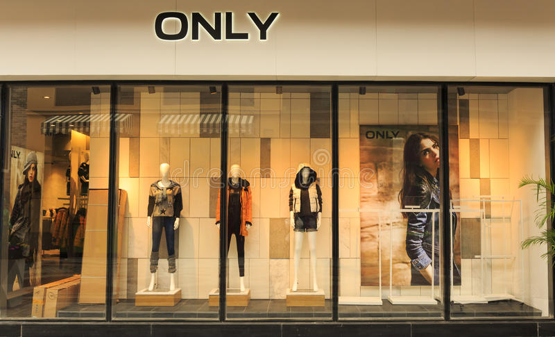 Forme a janela de exposição com manequins, janela do boutique da venda da loja, parte dianteira da janela da loja imagem de stock