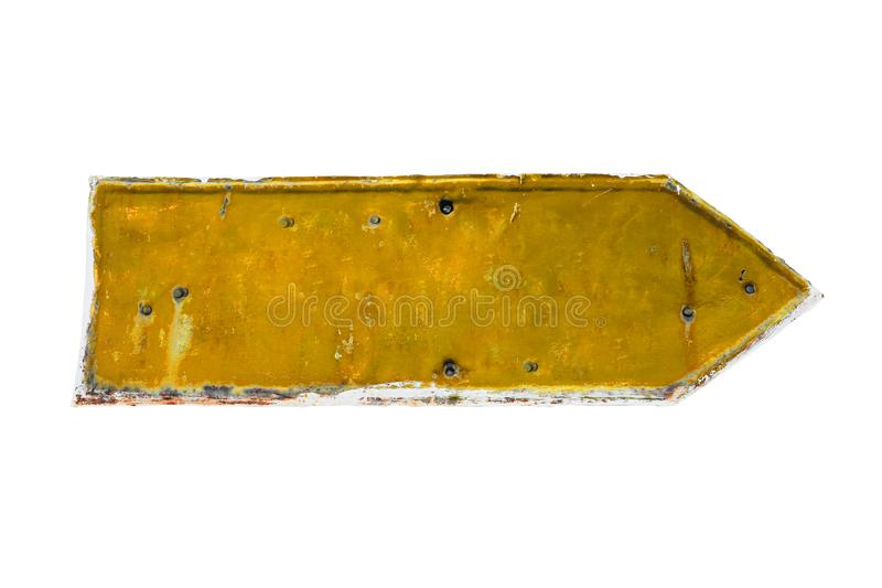 Forme jaune de flèche d'un plat rouillé et grunge de fer en métal photographie stock libre de droits