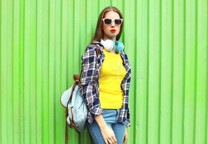 Forme a jovem mulher consideravelmente à moda do retrato no estilo na moda imagem de stock royalty free