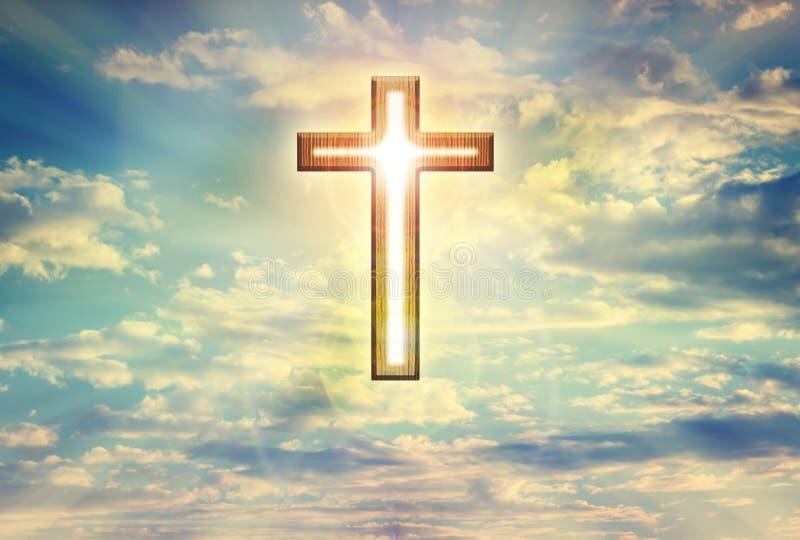 Forme légère de crucifix de cuvette de Dieu sur le ciel bleu de nuages rêveurs, believ photo libre de droits