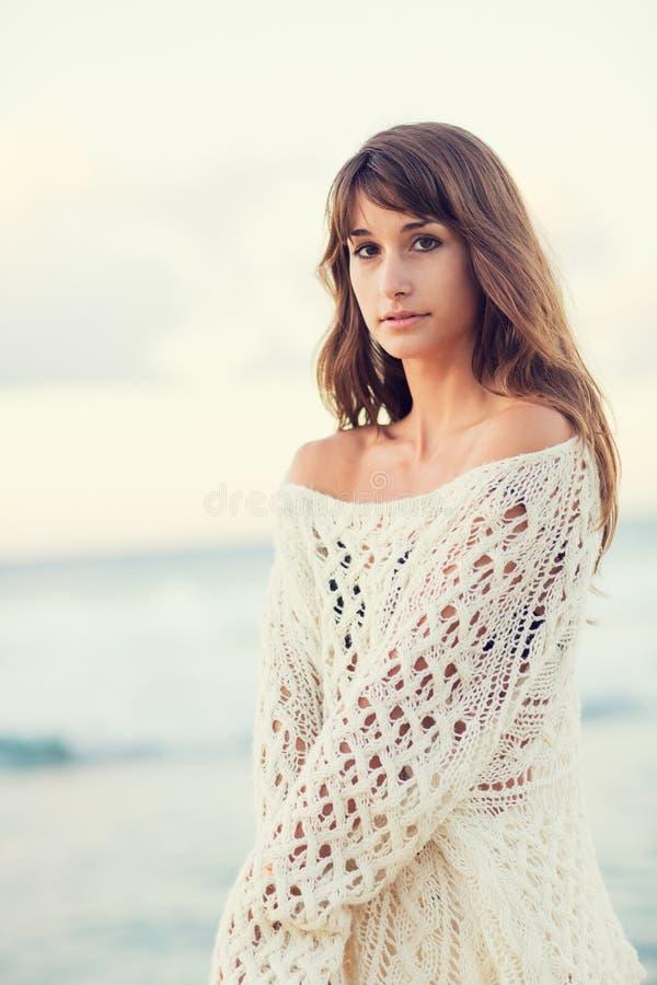 Forme la forma de vida, mujer joven hermosa en la playa en la puesta del sol fotos de archivo