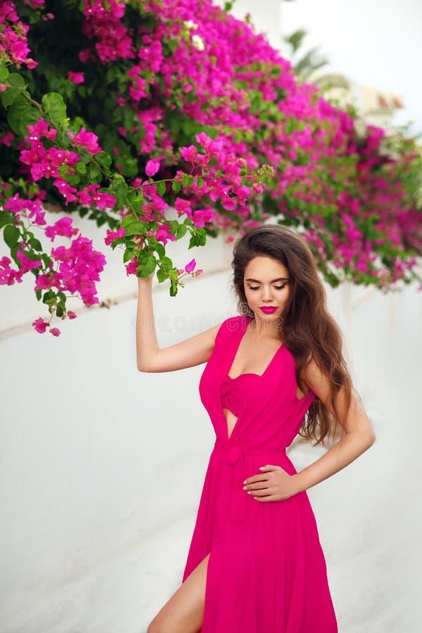 Forme la foto al aire libre de la mujer sensual magnífica en traje de baño rosado fotografía de archivo libre de regalías