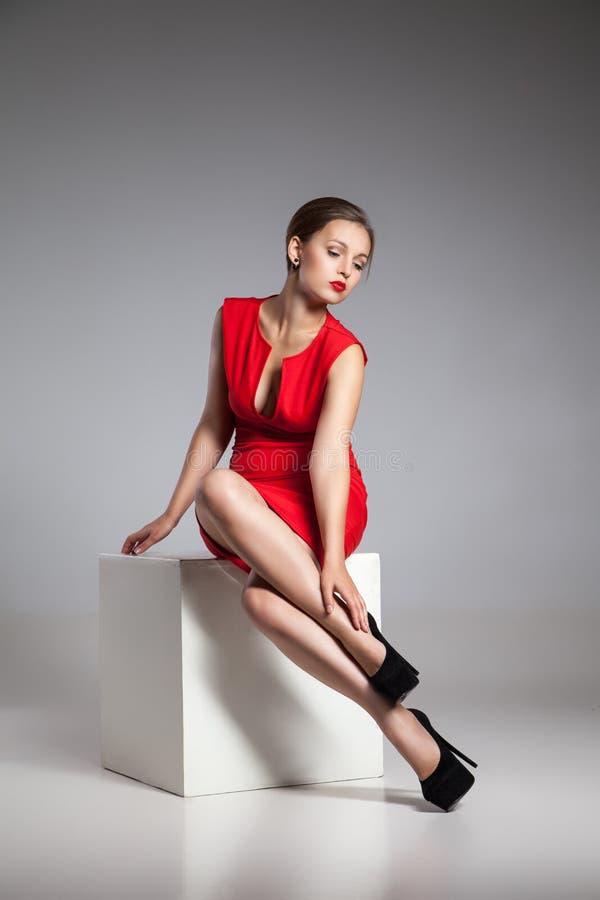 Forme la foto de la mujer joven en vestido rojo imagenes de archivo
