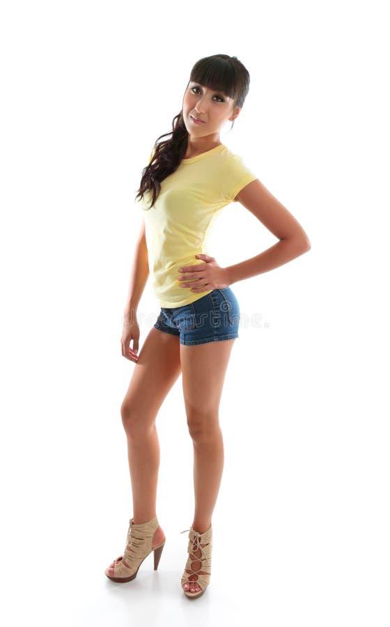 Forme la mano atractiva de la mujer en cadera foto de archivo