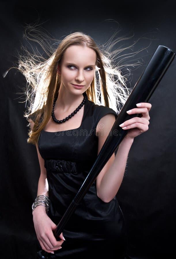 Forme a la muchacha con el bate de béisbol fotografía de archivo