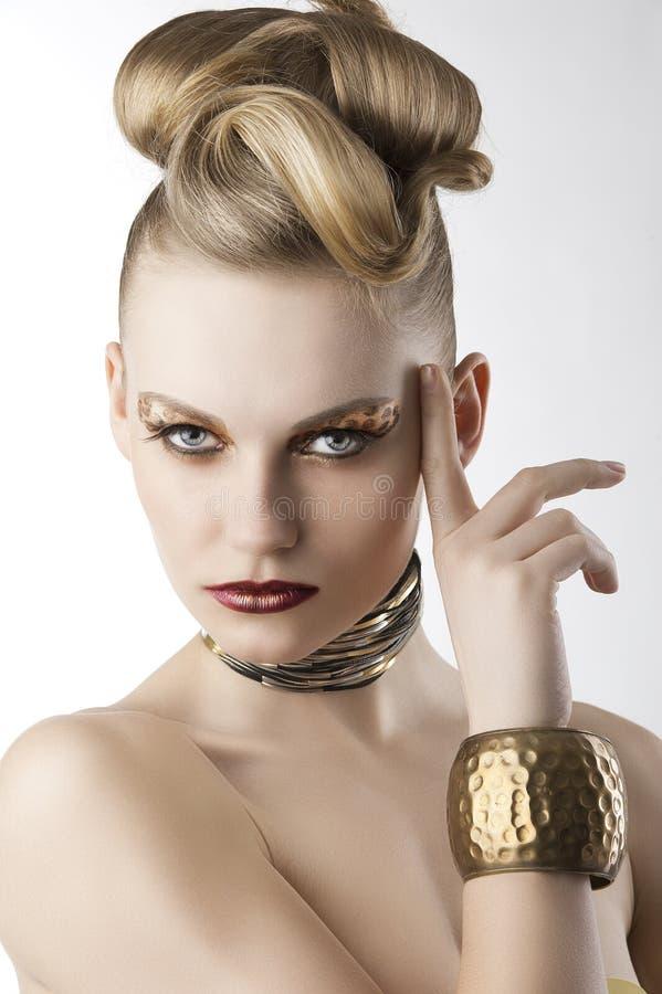 Forme a la muchacha con maquillaje del leopardo, ella mira abajo fotos de archivo libres de regalías