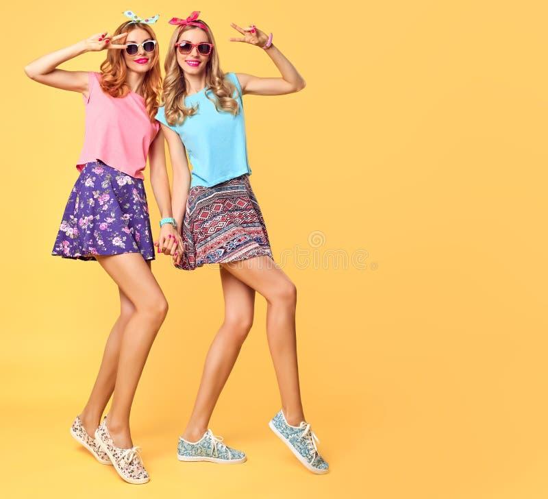 Forme a la muchacha divertida loca divirtiéndose, danza Amigos foto de archivo libre de regalías