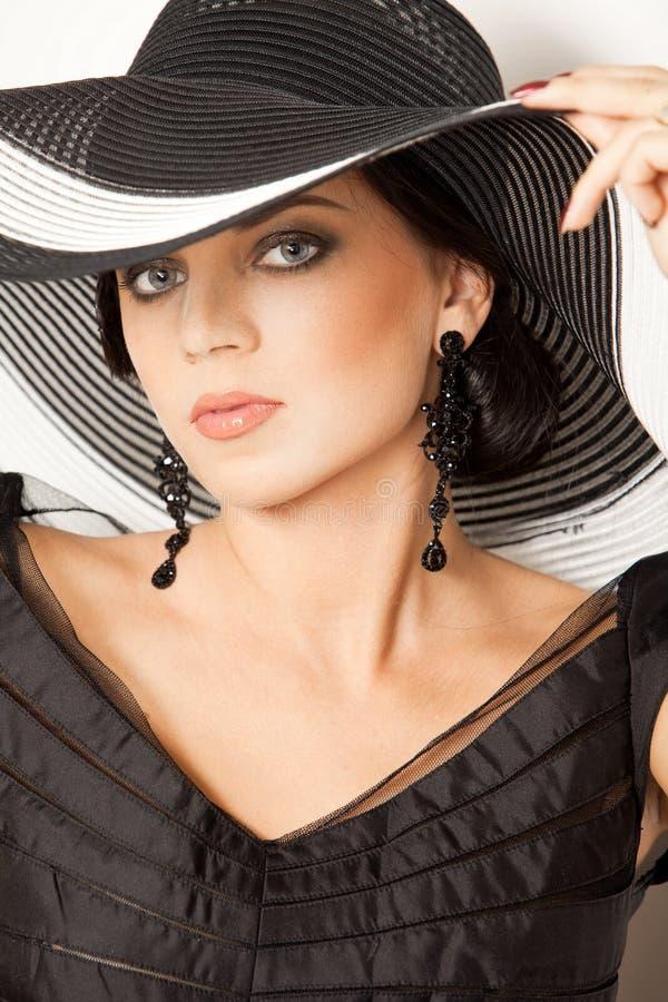 Forme a la muchacha en un sombrero grande en el estudio fotografía de archivo libre de regalías