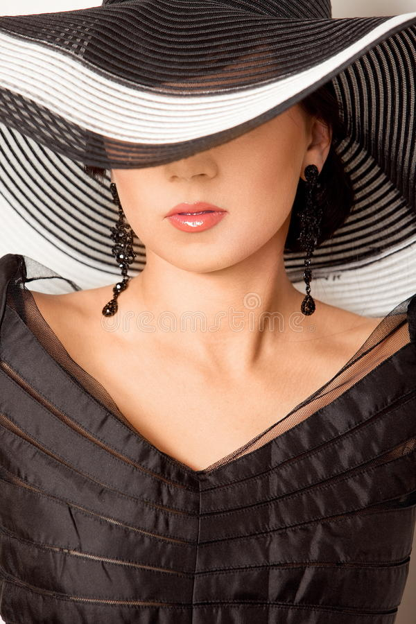 Forme a la muchacha en un sombrero grande en el estudio fotos de archivo