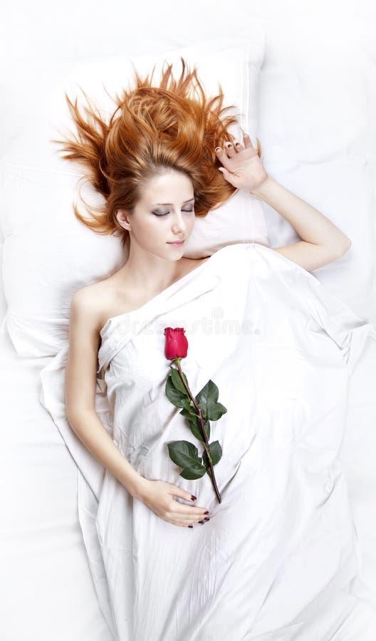 Forme a la muchacha pelirroja con se levantó en el dormitorio. imagen de archivo