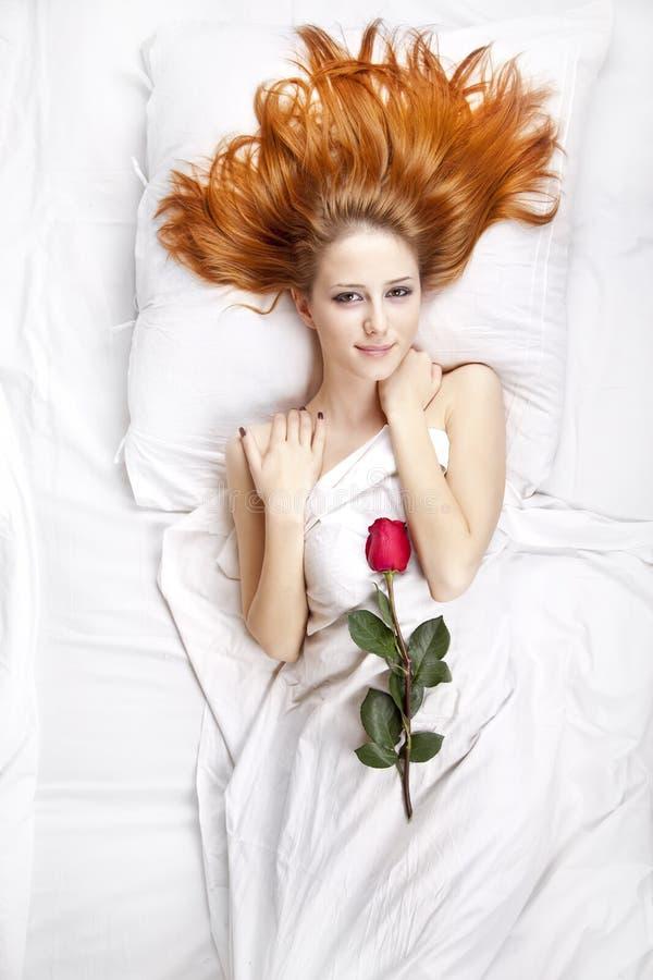 Forme a la muchacha pelirroja con se levantó en el dormitorio. foto de archivo libre de regalías