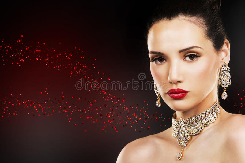 Forme a la mujer con la piel perfecta que lleva maquillaje dramático imagen de archivo libre de regalías