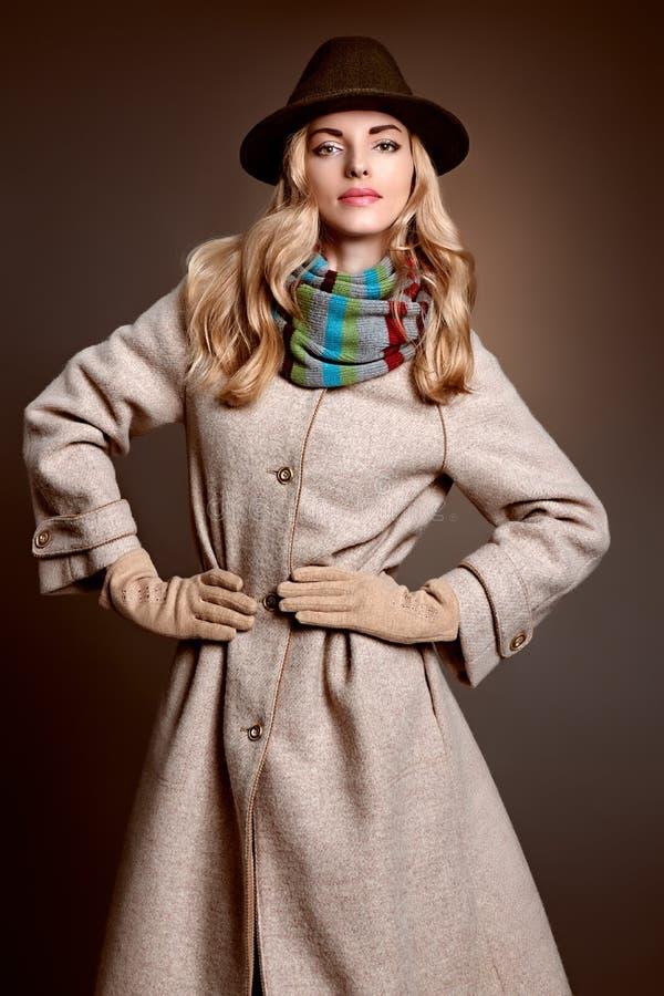 Forme a la mujer de la belleza en el sombrero elegante de la capa, otoño imagen de archivo