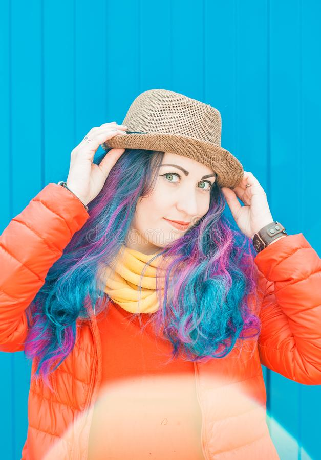 Forme a la mujer del inconformista con el pelo colorido que se divierte imagenes de archivo