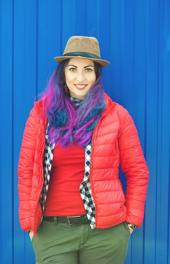 Forme a la mujer del inconformista con el pelo colorido que se divierte imagen de archivo