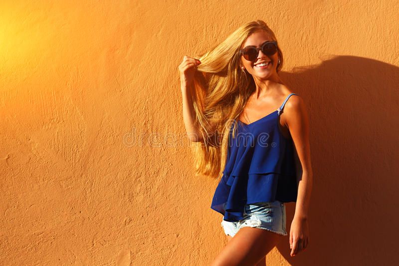 Forme a la mujer joven con las piernas largas en ropa del verano foto de archivo libre de regalías