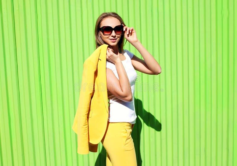Forme a la mujer joven elegante en ropa amarilla del traje fotos de archivo