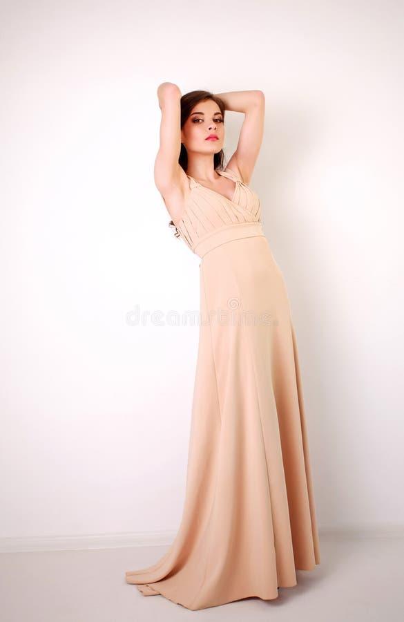Forme A La Mujer Morena Joven En Vestido Largo En Colores
