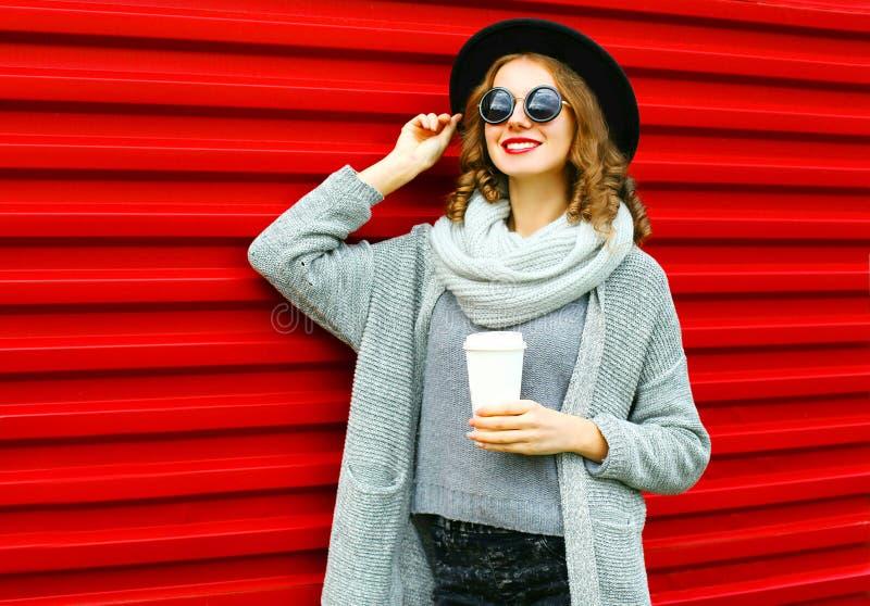 Forme a la mujer sonriente del retrato del otoño con la taza de café imagen de archivo libre de regalías
