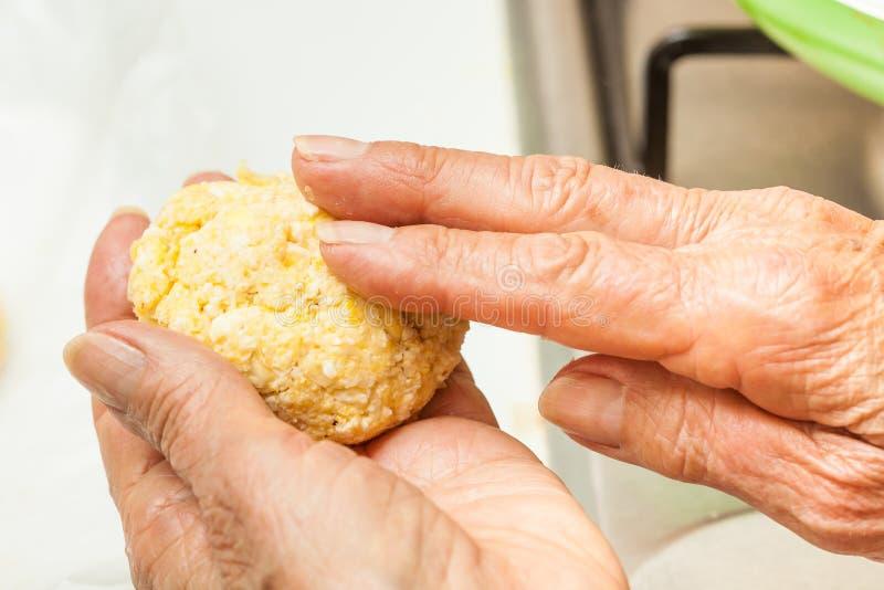 Forme la pasta del maíz en bolas medianas foto de archivo libre de regalías