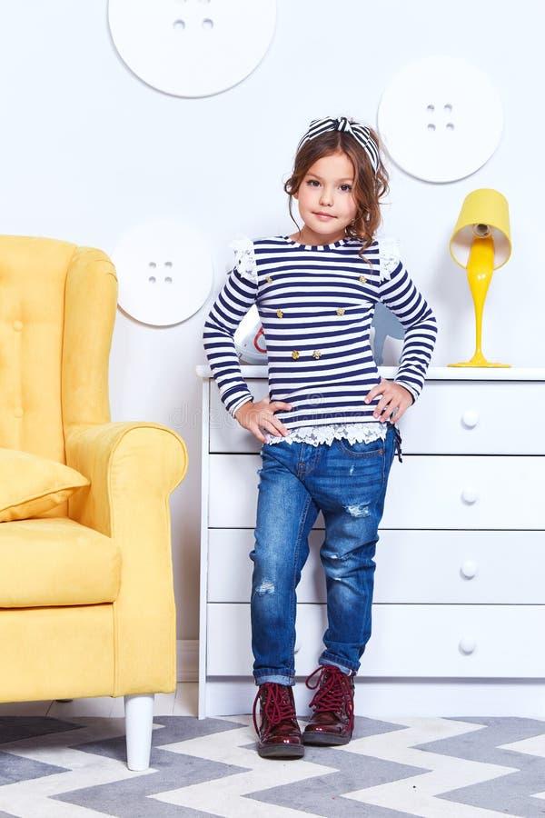 Forme la ropa del estilo para los pequeños t-s de la tira de desgaste de la niña del niño foto de archivo libre de regalías