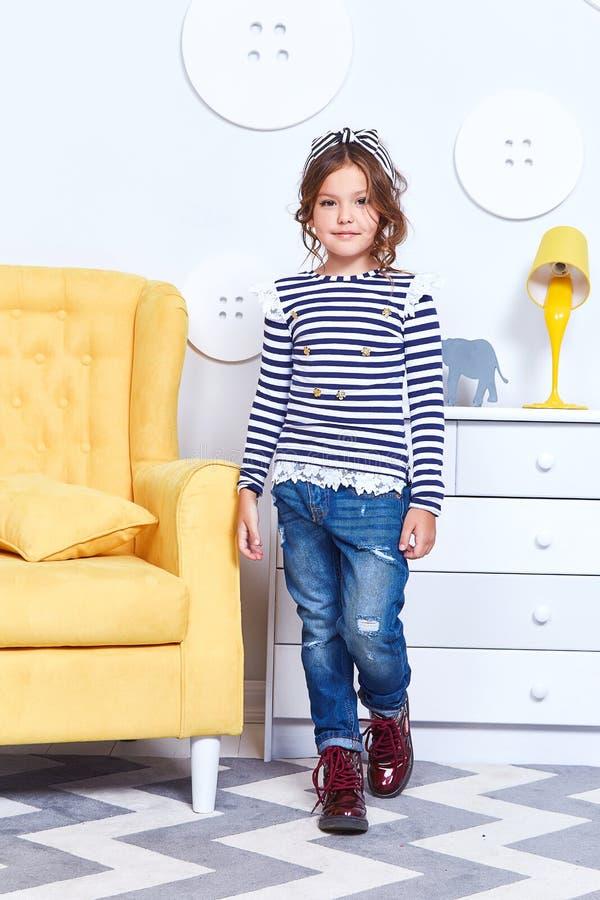Forme la ropa del estilo para los pequeños t-s de la tira de desgaste de la niña del niño fotos de archivo libres de regalías