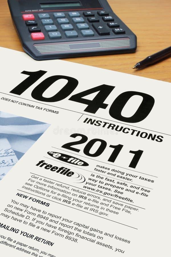 Forme las instrucciones 1040 del impuesto sobre la renta foto de archivo