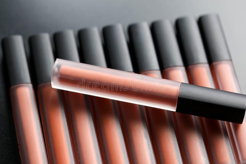 Forme los lápices labiales coloridos sobre el fondo negro, mA profesional fotografía de archivo