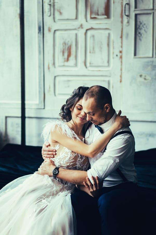 Forme los pares de amantes al principio de la historia de amor imagenes de archivo
