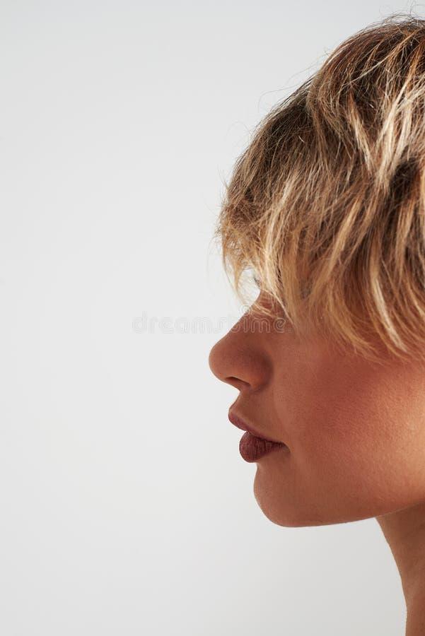 Forme a menina com o cabelo curto que levanta no estúdio imagens de stock