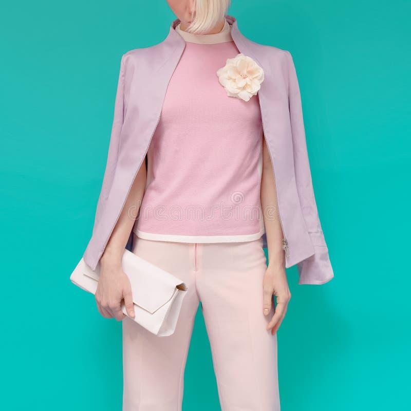 Forme a menina loura na roupa glamoroso do verão com acce à moda imagens de stock