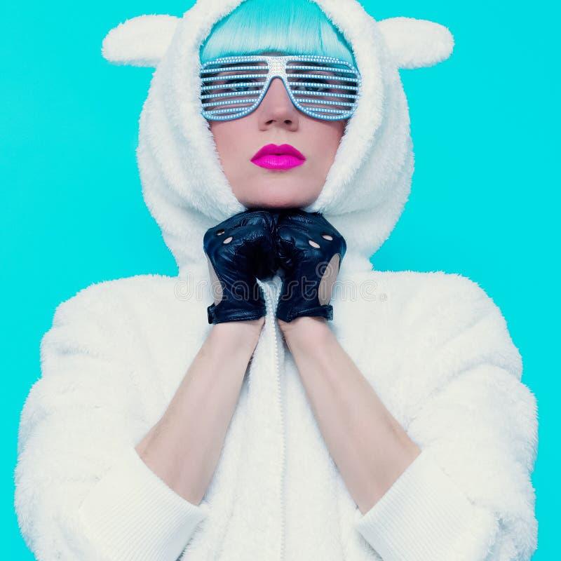 Forme a menina no hoodie Teddy Bear em um fundo azul vanilla fotos de stock