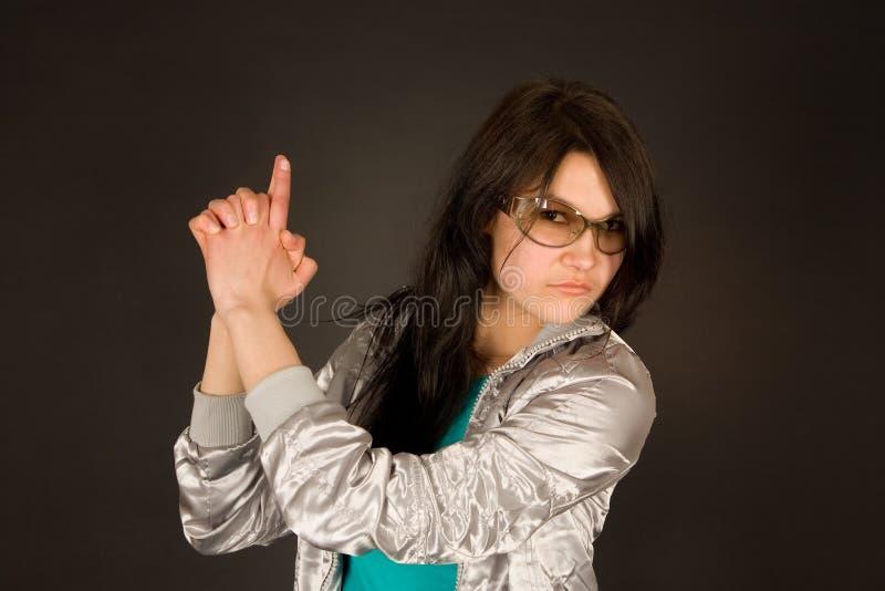 Forme a menina que aponta sua mão como um injetor imagens de stock