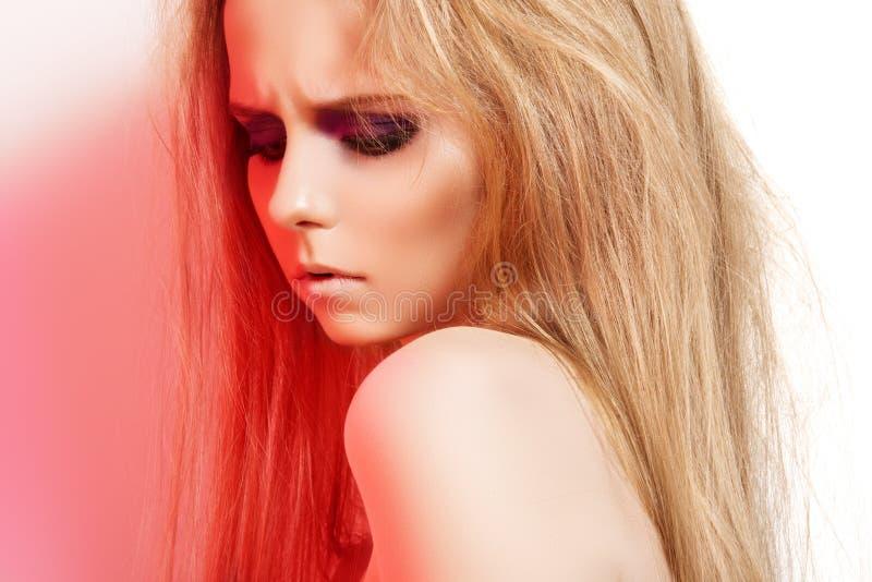 Forme a menina sombrio com composição na luz vermelha da rocha fotografia de stock