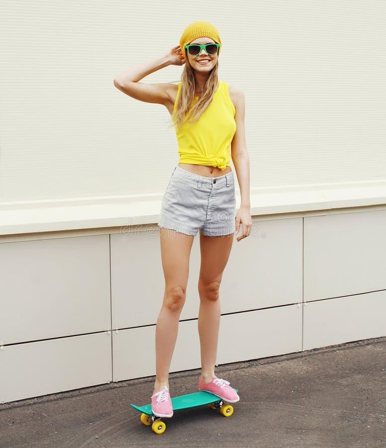 Forme a moderno vestir de sorriso fresco da menina óculos de sol imagens de stock