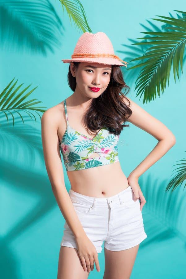 Forme a mulher asiática bonita que levanta e que sorri sobre o verão brilhante imagens de stock