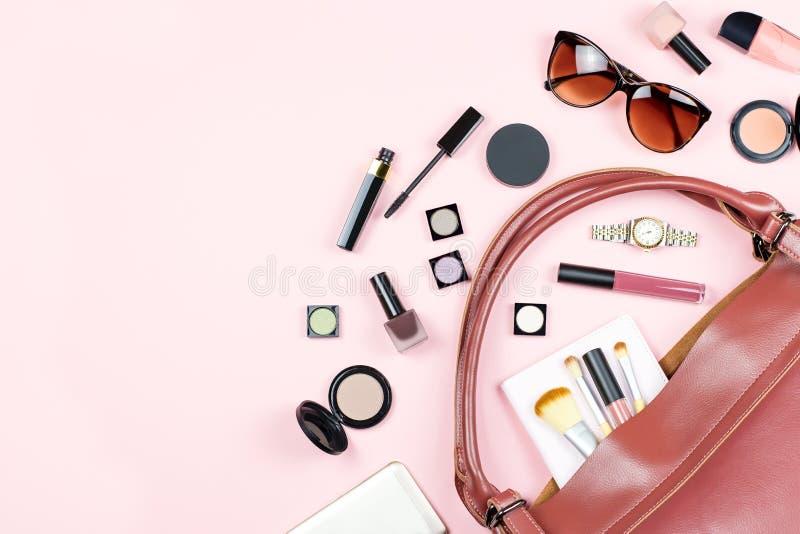 Forme a mulher a configuração lisa feminino com produtos de beleza e os acessórios no fundo cor-de-rosa, copiam o espaço imagens de stock royalty free
