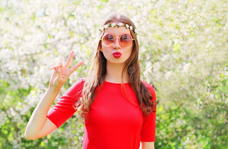 Forme a mulher da hippie que tem o divertimento no jardim de florescência fotografia de stock royalty free